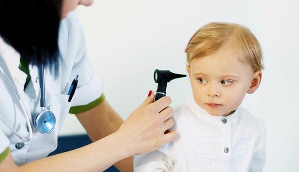 medecin qui regarde les oreilles de bebe